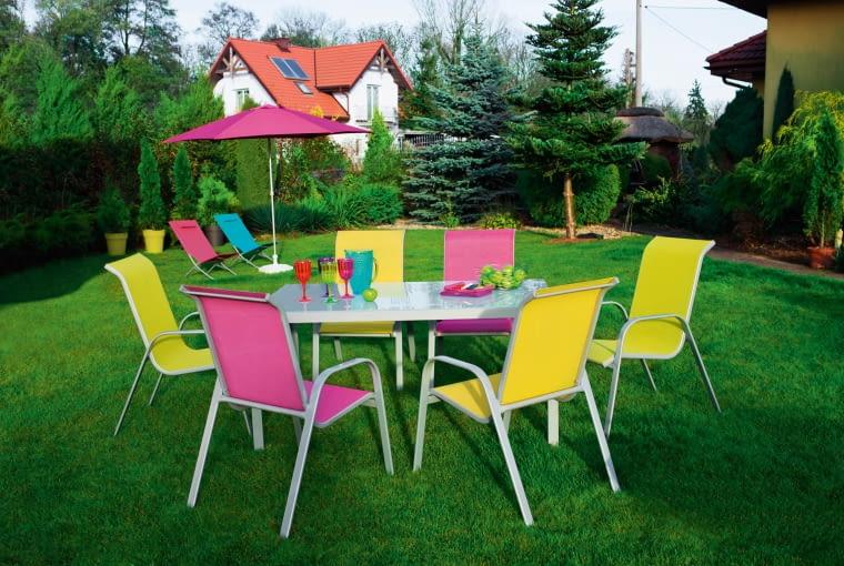 Zestaw Janeiro: - fotel: aluminiowy, sztaplowany, dostępny w 3 kolorach (fuksji, zielonym, żółtym). Stół aluminiowy, blat z hartowanego szkła. Wymiary: 150 x 72 cm. Castorama,498 zł stół, fotel 98 zł