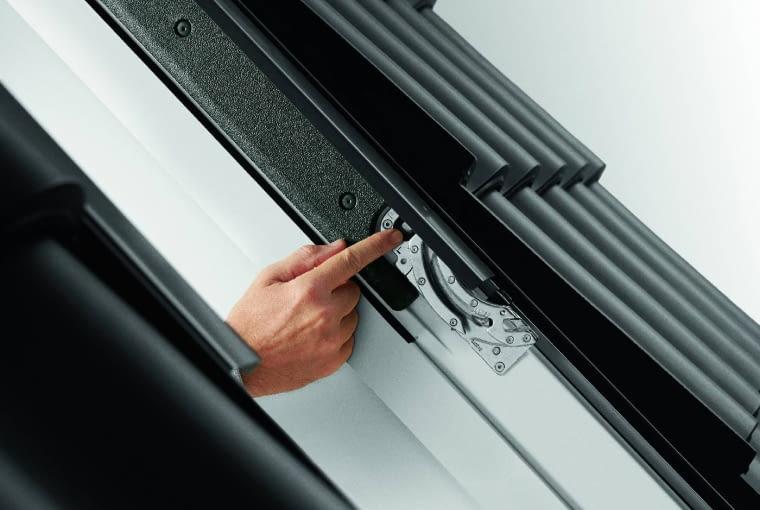 Zawias obrotowy najczęściej jest umieszczony w połowie wysokości okna, umożliwia obracanie skrzydła o 180°. To znacznie ułatwia korzystanie z okien i konserwację poszczególnych elementów