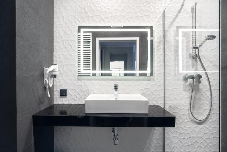 Wnętrze łazienki w Hotelu Number One na Wyspie Spichrzów, projekt pracownia Ideograf