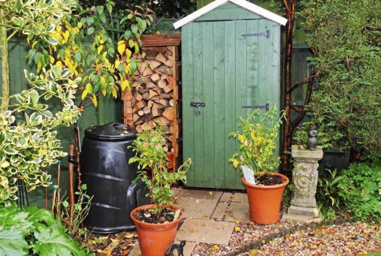 W kaciku gospodarczym warto mieć składzik na narzędzia, skład drewna opałowego i kompostownik.