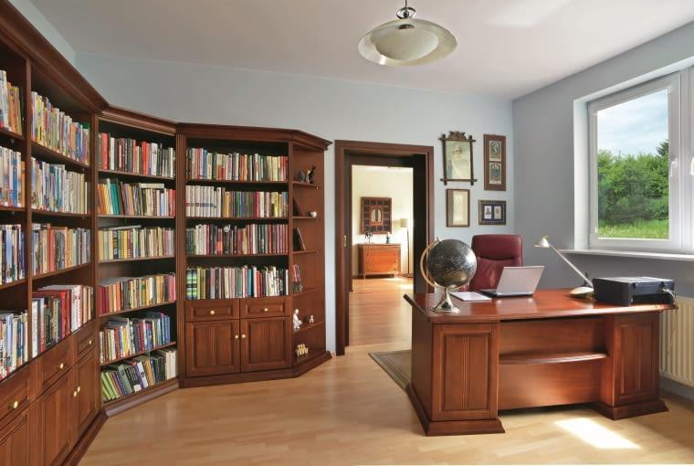 DOM. Gabinet-biblioteka to z kolei azyl pana Karola. Wnętrze wygląda dostojnie i klasycznie. Na ścianie za biurkiem wiszą podobizny cesarza Franciszka Józefa. Gospodarza fascynuje ten władca; w swoich zbiorach ma wiele poświęconych mu książek.