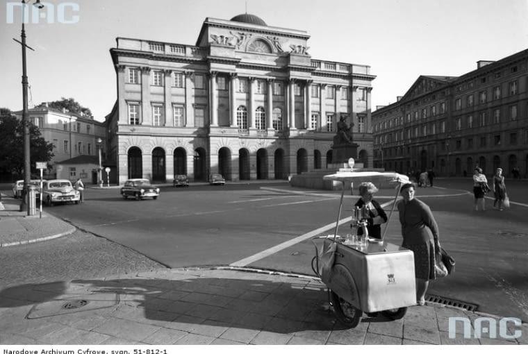 Pałac Staszica przy ulicy Nowy Świat 72 w Warszawie (lata 1960 - 1970). Elewacja frontowa pałacu. Na pierwszym planie widoczny wózek saturatora z wodą sodową.
