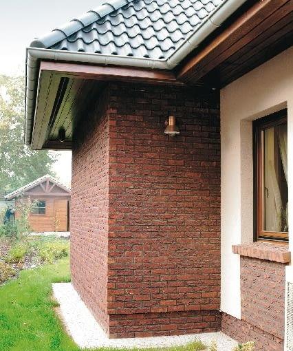 Fragment fasady wykonany z cegły klinkierowej ręcznie formowanej przypomina mur z tradycyjnej cegły