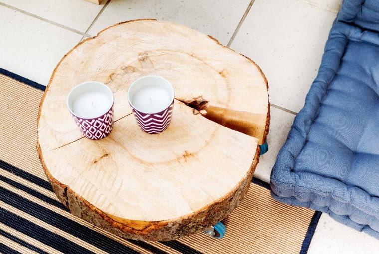 Stolik na kółkach i podstawa pod klosz tworzą oryginalny 'komplet'. Takie plastry drewna można kupić w tartaku.