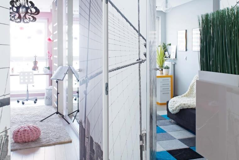 Po otwarciu drzwi ukrytych 'w tapecie' ukazują się pokoje dzieci. Dzięki zmianie układu ścian pomieszczenia różniące się wcześniej wielkością mają teraz jednakowy metraż.