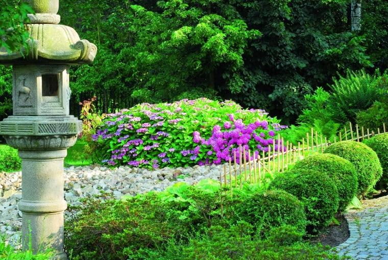 Dekoracje kamienne pochodzą ze starych, zlikwidowanych ogrodów japońskich.