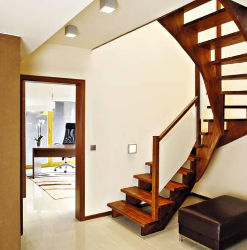 W stosunkowo niewielkim domu schody nie powinny zabierać zbyt dużo miejsca