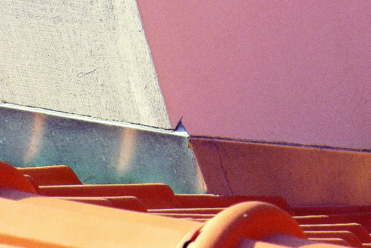 Za niska obróbka komina, która dodatkowo nie tworzy szczelnego połączenia z murem wzdłuż bocznych ścian