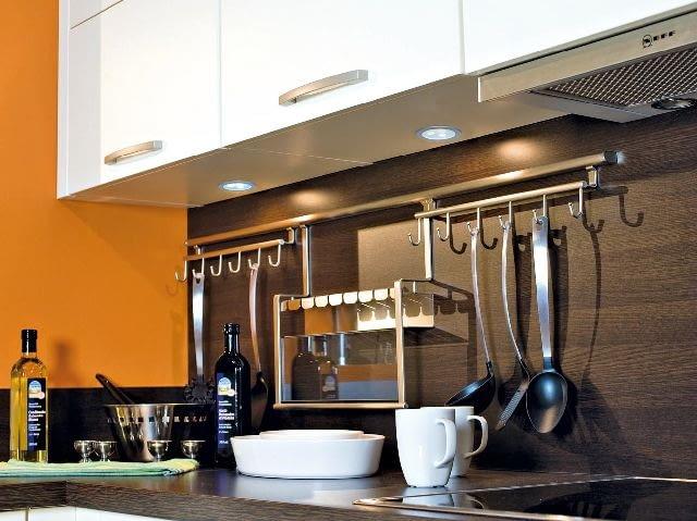 Oświetlenie LED-owe można z powodzeniem stosować do rozjaśniania powierzchni roboczych w kuchniach, łazienkach czy gabinetach. Jego zaletą jest duża jasność strumienia świetlnego. Może też być stosowane w oświetleniu orientacyjnym.