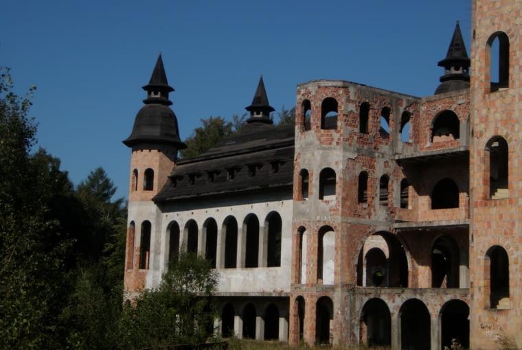 """Nieukończony """"zamek"""" w Łopalicach"""