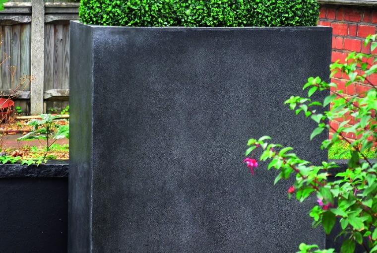 Dwa w jednym, czyli donica, która pełni funkcję pojemnika dla roślin i przesłony.