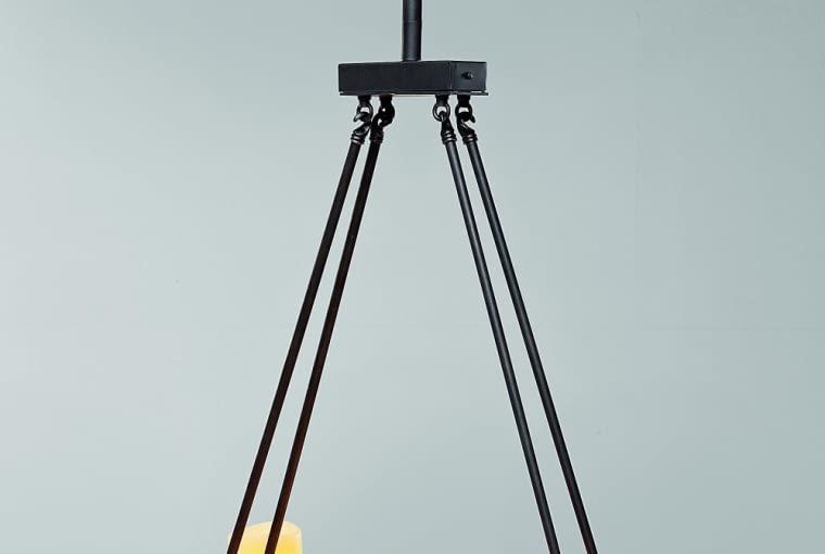 ŚWIECE są bezkonkurencyjne w tworzeniu nastroju. Ale można je zastą- pić światłem elektrycznym, emitowanym np. przez lampy do złudze- nia przypominające świece. Lampa wisząca, metal wzór?Kare Design