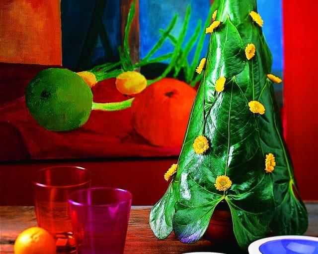 pomysł na świąteczne drzewko, choinka z liści monstery, bożonarodzeniowa dekoracja