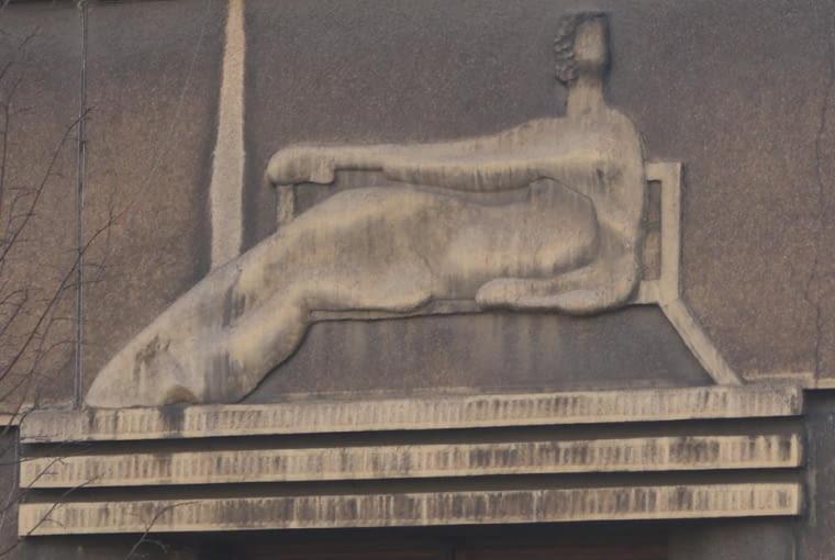 godło: Dama siedząca na ławce, ul. Kosciuszki 58, Kraków, proj. Izydor Goldberger, bud. 1935 - 1937