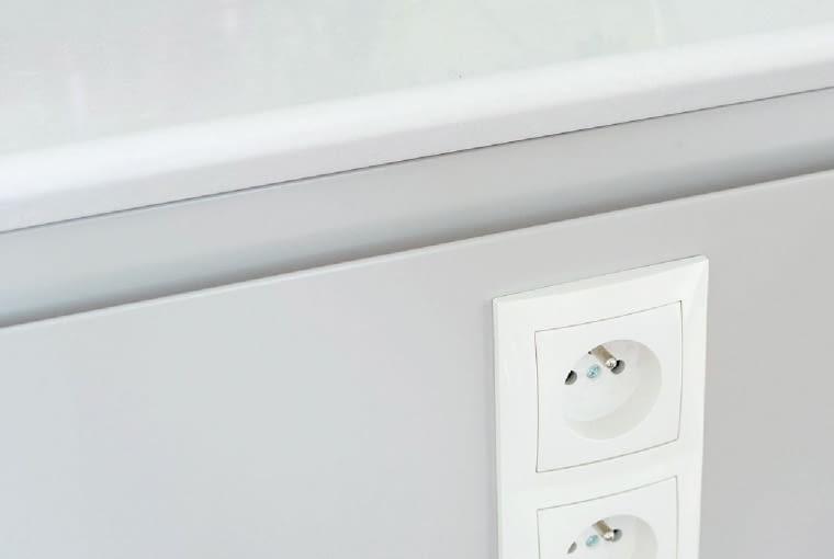 Z BOKU zamontowano gniazdka elektryczne oraz łącznik, którym włącza się oświetlenie witrynek.