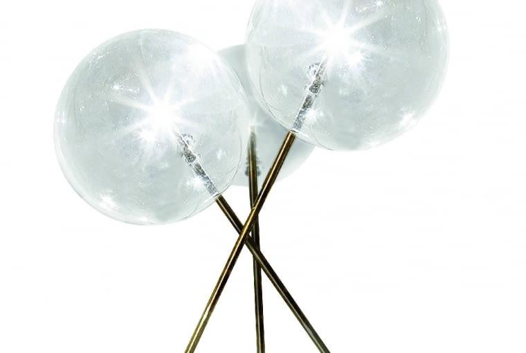 Bolle tavolo 3: Trzy szklane kule na cienkich nóżkach zręcznie szczotkowanego mosiądzu. Czy nie są podobne do dmuchawców zebranych wbukiet? Wewnątrz każdej kuli świetlówki halogenowe. Ok. 4300 zł, Gallotti & Radice, gallottiradice.it