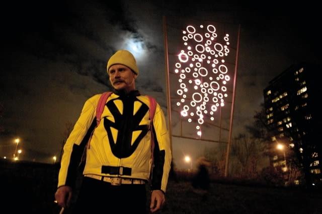 29.10.2009 WARSZAWA , ARTYSTA MAURYCY GOMULICKI . NOWY NEON NA KEPIE POTOCKIEJ WEDLUG PROJEKTU MAURYCEGO GOMULICKIEGO .