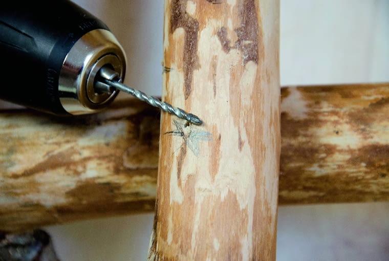 Na pionowych elementach zaznaczamy miejsca mocowań szczebelków - dolny powinien się znajdować na wys. 20 cm, kolejne co 30 cm.