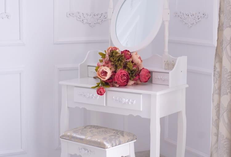 Toaletka jest meble w swoim wyglądzie przypominającym konsolę bądź biurko, do którego dołączone jest najczęściej krzesło bądź wygodny puf.