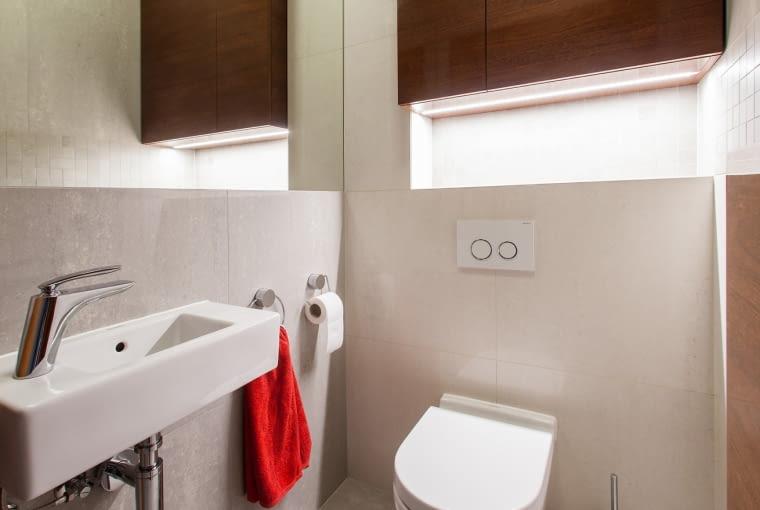 Toaletę optycznie powiększa duże lustro na jednej ze ścian.