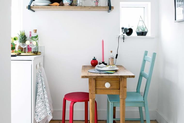 Stolik, kupiony na targu staroci, naprawdę jest niewielki - w sam raz dla dwóch osób. Dlatego kiedy przychodzą goście, właściciele po prostu kładą na nim większy blat. A ze schowka wyciągają stołki, które można układać jeden na drugim (podczas przechowywania nie zajmują więc dużo miejsca).