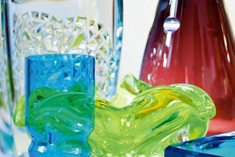 Barwne szklane naczynia o fakturowej powierzchni i fantazyjnych kształtach, odlewane w formach, zdobiły niegdyś niemal każdy dom. Teraz powróciły.