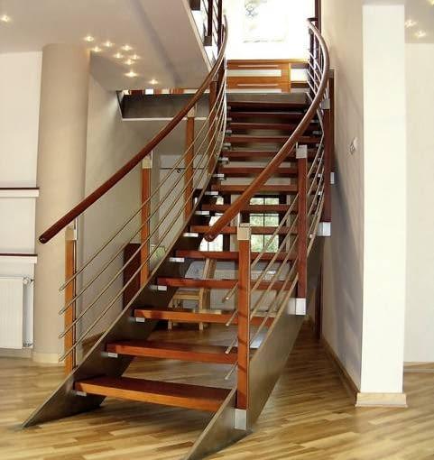 Efektowny i dynamiczny wygląd schody te zawdzięczają balustradzie z drewnianą poręczą i wypełnieniem ze stalowych rurek