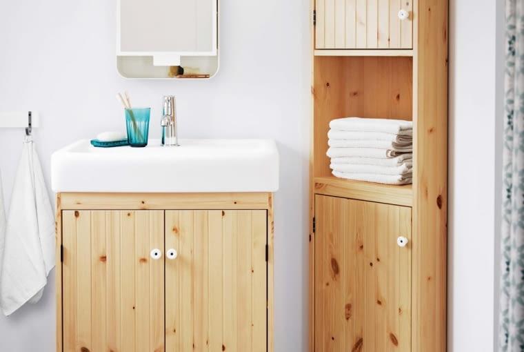 Schowki przydadzą się w każdym wnętrzu, nawet w toalecie. Trudno tu jednak wstawić tradycyjną szafę... Warto więc sięgnąć po rozwiązania niestandardowe, np. szafkę narożną. IKEA