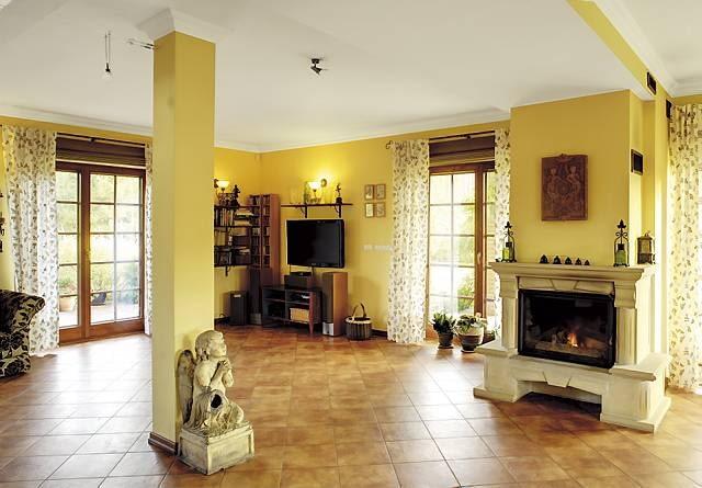 Ze względu na ogrzewanie podłogowe niemal w całości podłogę wyłożono terakotą dobrze przewodzącą ciepło