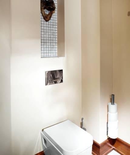Wnętrza. Nad podwieszanym sedesem zrobiono niewielką wnękę, która została wyłożona drobnymi kafelkami - dzięki nim przypomina ona okienko. Z takich samych płytek są wstawki w kabinie prysznicowej i cokolik wokół blatu z umywalką.