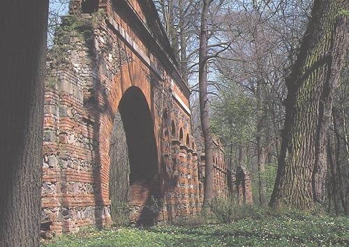 Park Natoliński w Warszawie. Ruiny rzymskiego akweduktu