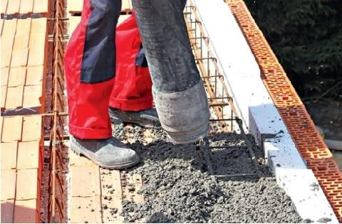 Przestrzeń pod belkami trzeba dokładnie wypełnić betonem. Inaczej nie będzie on 'otulał' dolnego zbrojenia wieńca, a belka będzie wisiała w powietrzu