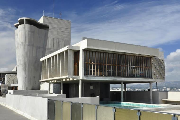 Jednostka Marsylska, proj. Le Corbusier - świetlica i basen. Ta część tarasu na dachu zarezerwowana jest wyłącznie dla mieszkańców