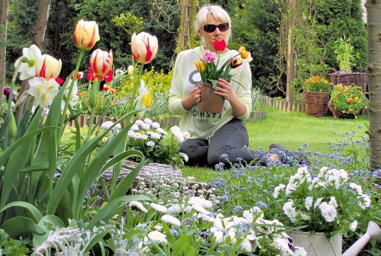 Kwiecień wybucha kwiatami - nie tylko na rabatach, ale także w naczyniach i wiklinowych koszach.