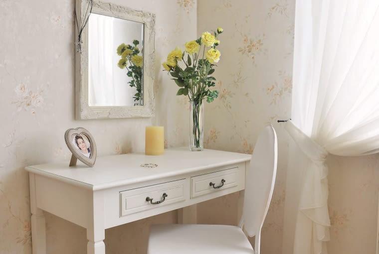 DOM. Kobiecy kącik w sypialni nie odbiega stylowo od reszty wystroju. - Nareszcie mam miejsce wyłącznie dla siebie, z toaletką i dobrze oświetlonym lustrem - cieszy się pani Jola.