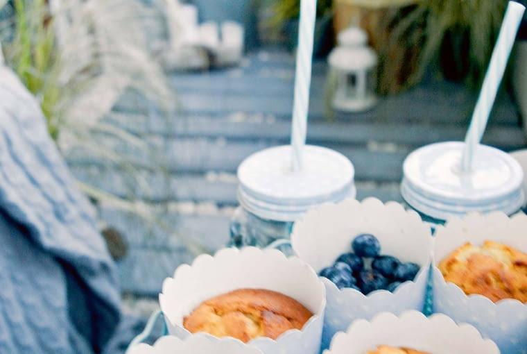 W czasie letnich przyjęć balkon pełni funkcję saloniku pod chmurką, gdzie serwuję owocowe przysmaki i orzeźwiające drinki z lemoniadowego słoja.
