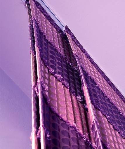 DEKORACJE OKIEN - W GAMIE FIOLETÓW. Zasłony w formie ekranów przesuwają się bardzo lekko po specjalnych prowadnicach, które zamontowano na suficie wzdłuż całej ściany z oknem.
