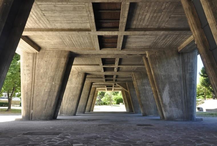 """Jednostka Marsylska, proj. le Corbusier - podcień południowy, pilotis i podniesiony """"sztuczny grunt"""", skrywający instalacje techniczne budynku - wentylacyjno-grzewcze, kanalizacyjne, zsypy śmieci itp."""