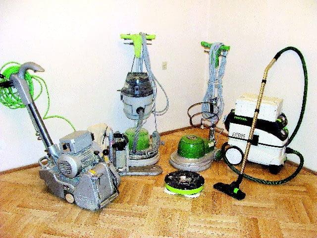 Niezbędne wyposażenie ekipy parkieciarskiej: cykliniarka, maszyny do szlifowania i polerowania oraz odkurzacz przemysłowy