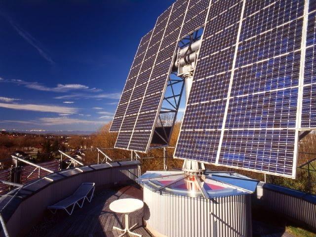 Dom HELIOTROP. Autor projektu: Rolf Disch. Baterie słoneczne umieszczone na dochu - tarasie widokowym