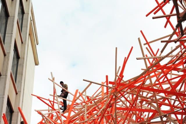 Gigantyczna instalacja w Brukseli - montaż konstrukcji. Arne Quinze