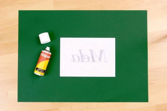 1. Projektujemy napis w komputerze, dobierając odpowiedni krój i wielkość czcionki. Robimy wydruk na papierze i naklejamy go na tekturę klejem w spreju.