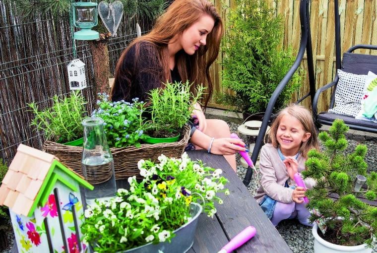 PRZYRODNIE SIOSTRY, Nel i Oliwia, lubią wspólnie sadzić rośliny.