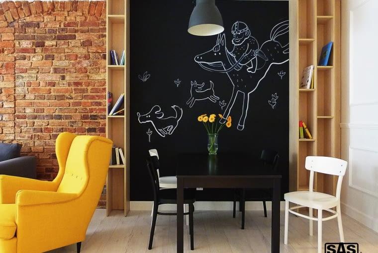 DO RYSOWANIA. Ściana pokryta tablicówką to idealne miejsce, by pochwalić się swoją twórczością. saswnetrza.pl