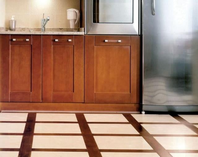 Szachownica utworzona z paneli drewnianych i płytek ceramicznych. W takiej sytuacji sprawdzi się pafudima