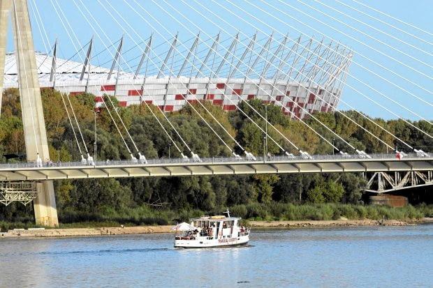 Stadion Narodowy w Warszawie, JSK Architekci. To obiekt kontrowersyjny i wzbudzający skrajne emocje. Jedni biało-czerwony koszyk uważają za inwestycyjną porażkę i zarzucają zbyt wielką kubaturę, inni chwalą go, nazywając nowym symbolem stolicy. Niełatwo rozstrzygnąć ten spór, a Wy jak sądzicie?