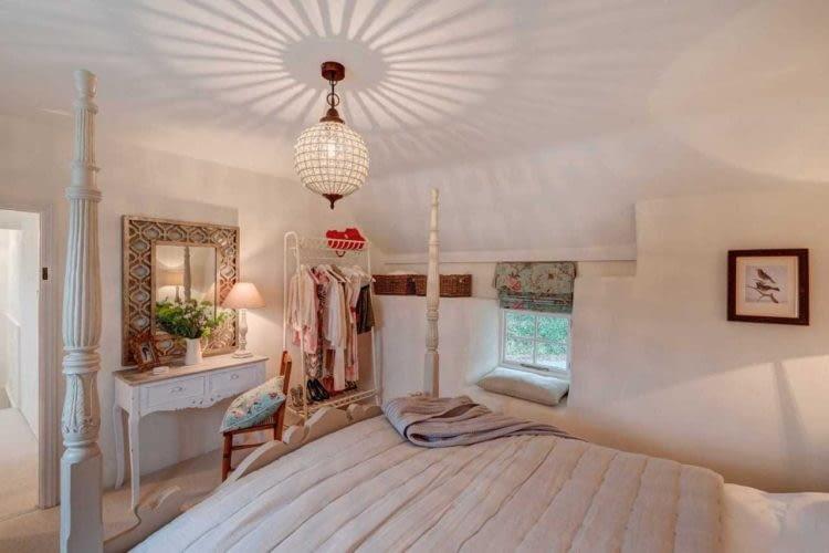 Elegancka sypialnia spodoba się wszystkim miłośnikom stylu vintage