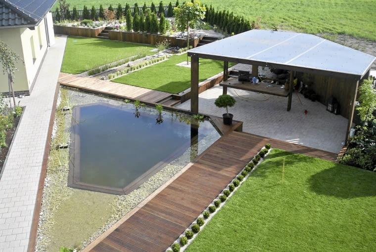 Widok z okna na piętrze pokazuje układ przestrzenny ogrodu. Zdjęcie wykonał projektant niedługo po zakończeniu prac.