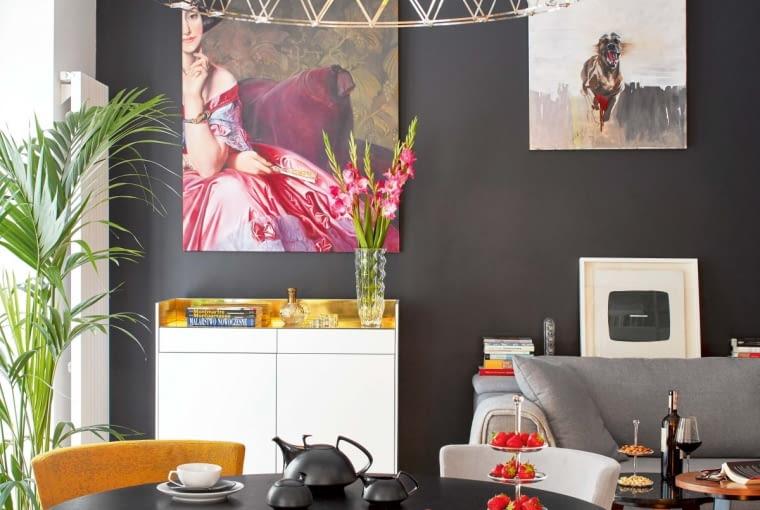 GOSPODYNI ceni polskie wzornictwo i lubi unikatowe rzeczy autorstwa rodzimych projektantów. Stąd też stół i krzesła autorstwa Tomka Rygalika, komoda pomysłu projektantów mieszkania. Nieliczne odstępstwa od polskiej reguły to barwny dywan autorstwa światowej sławy projektanta Jana Katha, który łączy klasyczne elementy dywanów orientalnych ze współczesnym wzornictwem, oraz lampa ekscentrycznej holenderskiej marki Moooi.