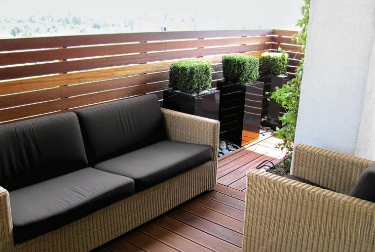 Dzięki wygodnej sofie ciepłe noce można spędzać na tarasie. Brąz poduch harmonizuje z barwą donic z włókna szklanego